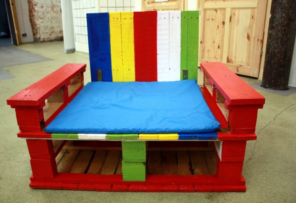 Kolorowy fotel z palet