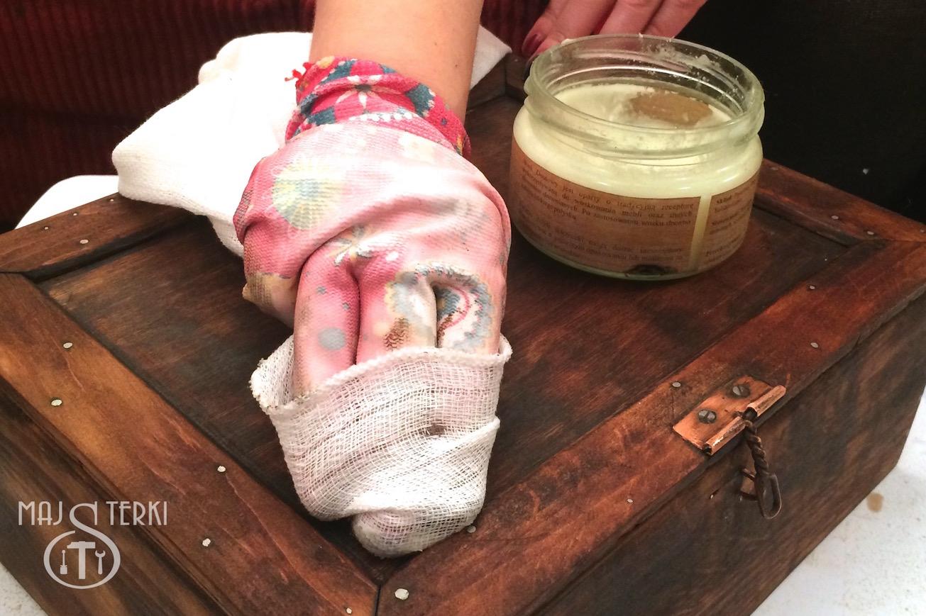 Woskowanie drewna bezbarwnym woskiem za pomocą szmatki.