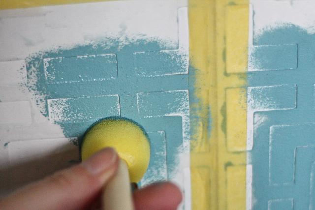 Malowanie szafek kuchennych farbami kredowymi przy użyciu szablonów