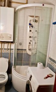 Łazienka z kabiną prysznicową do remontu