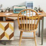 Renowacja starego biurka z geometrycznym wzorem