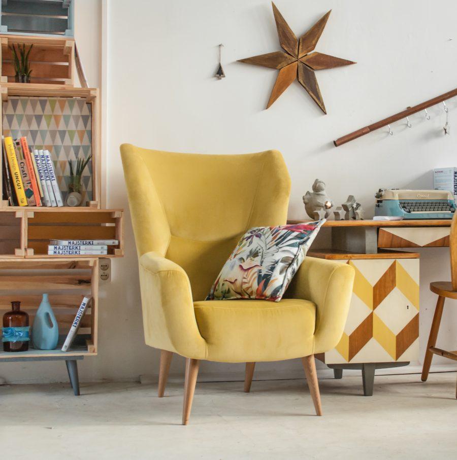 Fotel przy biurku w geometryczne wzory odnowionym przez Majsterki