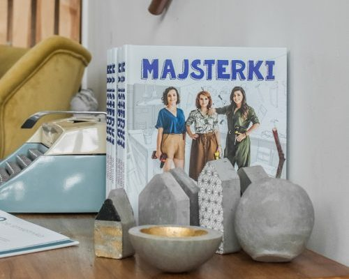"""Betonowe ozdoby - test zestawów kreatywnych z Empiku i projekty z książki """"Majsterki"""". Maszyna do pisania na biurku"""
