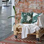 Elegancki fotel z palety i miedzianych rurek