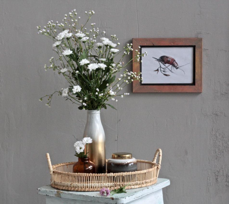 Szklany wazon idealny na kwiaty z butelki malowanej sprejem