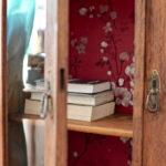 Przedwojenna biblioteczka w japońskim stylu. DIY z tapetą